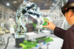 Iot产业4 0个概念,使用与增添的聪明的玻璃engineerblurred的工业混杂与虚拟现实技术 库存照片
