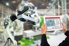 Iot产业4 0个概念,使用软件被增添,在片剂的虚拟现实的工业工程师对监测在真正的t的机器 库存照片