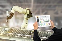 Iot产业4 0个概念,使用软件被增添,在片剂的虚拟现实的工业工程师对监测在真正的t的机器 库存图片