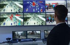 Iot使用人工智能对测量,分析和相同c的机器学习与人和物体识别 免版税库存图片