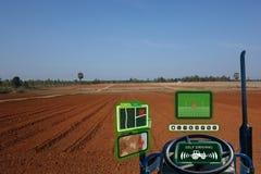 Iot巧妙的产业机器人4 0个农业概念,工业农艺师,使用有自已的农夫自治拖拉机驾驶technolog 免版税库存照片