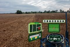 Iot巧妙的产业机器人4 0个农业概念,工业农艺师,使用有自已的农夫自治拖拉机驾驶technolog 免版税库存图片