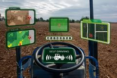 Iot巧妙的产业机器人4 0个农业概念,工业农艺师,使用有自已的农夫自治拖拉机驾驶technolog 库存照片