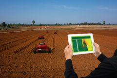 Iot巧妙的产业机器人4 0个农业概念,工业农艺师,使用片剂的农夫监测,机器人的控制自动化 库存图片