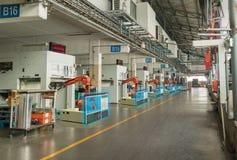Iot聪明的产业4 红颜色的词位于在白色颜色文本 自动化工业机器人胳膊运转运转中机器区域的在工厂和机器人显示数据 免版税库存照片