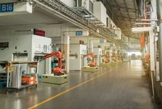 Iot聪明的产业4 红颜色的词位于在白色颜色文本 运转运转中机器区域的自动化机器人胳膊在工厂,机器人使用在工业人 免版税库存照片