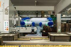 Iot聪明的产业4 红颜色的词位于在白色颜色文本 运转运转中机器区域的自动化机器人胳膊在工厂,机器人使用在工业人 库存照片