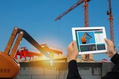 Iot聪明的工厂,产业4 0个技术概念,工程师监测的用途片剂,查出和分析constru的机器人胳膊 库存照片