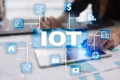 IOT Интернет концепции вещи Multichannel онлайн коммуникационная сеть стоковая фотография rf
