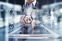 IOT и концепция автоматизации как нововведение, улучшая урожайность, надежность в технологии и бизнес-процессы стоковые фото