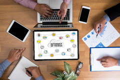 IOT-bedrijfsmensenhand het werken en Internet van dingen (IoT) woord Royalty-vrije Stock Fotografie