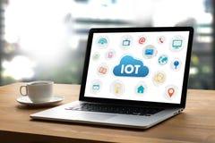IOT-bedrijfsmensenhand het werken en Internet van dingen (IoT) woord Stock Foto's