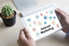 IOT-bedrijfsmensenhand het werken en Internet van dingen (IoT) woord Stock Foto