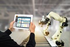 Iot bransch 4 0 begrepp, den industriella teknikern som använder programvara, ökade, virtuell verklighet i minnestavla till att ö royaltyfria bilder