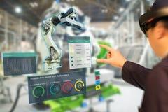 Iot bransch 4 0 begrepp, industriella engineerblurred användande smarta exponeringsglas med ökat blandat med virtuell verklighett arkivbild