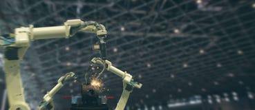 Iot bransch 4 0 teknologibegrepp Smart fabrik genom att använda tendera robotic armar för automation med delen på transportbandet royaltyfria bilder
