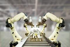 Iot bransch 4 0 teknologibegrepp Smart fabrik genom att använda tendera robotic armar för automation med den tomma transportbande Arkivbild