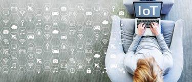 IoT conceptwith mens die laptop met behulp van Royalty-vrije Stock Foto