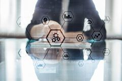 IOT et concept d'automation comme innovation, améliorant la productivité, la fiabilité en technologie et les processus d'affaires photographie stock