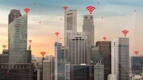 IOT et concept futé de ville ont illustré par la mise en réseau sans fil Images libres de droits
