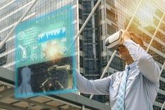 Iot-Industrie 4 0 Konzept, Wirtschaftsingenieur, der intelligente Gläser mit Misch vergrößert mit Technologie der virtuellen Real lizenzfreie stockfotografie