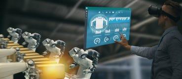 Iot-Industrie 4 0 Konzept, Wirtschaftsingenieur, der intelligente Gläser mit vergrößert gemischt mit Technologie der virtuellen R stockbild