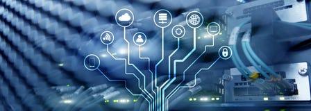 IOT, Internet da sala dos servidores do conceito da telecomunicação das coisas fotografia de stock