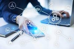 IOT Internet das coisas Automatização e conceito moderno da tecnologia fotos de stock