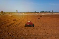 Iot, Internet delle cose, concetti di agricoltura, assistente automatico del robot di uso dell'agricoltore da lavorare nell'azien Fotografia Stock
