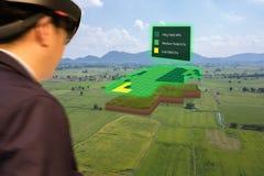 Iot mądrze przemysł 4 (0) rolnictw pojęć, agronom, farmerblurred używać mądrze szkła zwiększał mieszaną rzeczywistość wirtualną,  Zdjęcia Stock