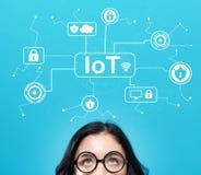 IoT ochrony temat z młodą kobietą zdjęcia stock