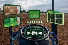 Iot smart branschrobot 4 0 åkerbruka begrepp, industriell agronom, bonde som använder den autonoma traktoren med själven som kör  arkivfoton