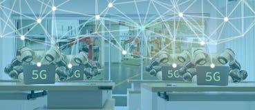 Iot smart fabrik i bransch 4 0 robotteknologibegrepp, tekniker som använder futuristisk teknologi med 5G för att kontrollera, bil royaltyfria bilder