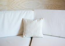 λευκό καναπέδων μαξιλαρ&iota Στοκ Εικόνα