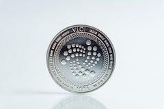iota A moeda de prata da moeda cripto, tiro macro da moeda do Iota isolado no fundo branco, cortou a tecnologia de Blockchain, fotos de stock