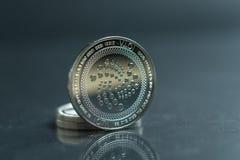 iota A moeda de prata da moeda cripto, tiro macro da moeda do Iota isolado no fundo, cortou a tecnologia de Blockchain, fotos de stock