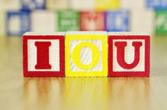 Алфавит преграждает говорить вне IOU по буквам Стоковые Фото