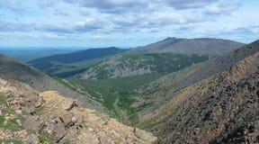 Iov山沟的看法和Serebryanskiy石头登上,俄罗斯 免版税库存图片