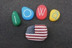 Iowa, Estados Unidos da América, lembrança com pedras coloridas e bandeira dos EUA sobre a areia vulcânica preta Imagens de Stock