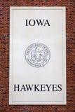 Iowa Hawkeyes emblem och skyddsremsa royaltyfria foton