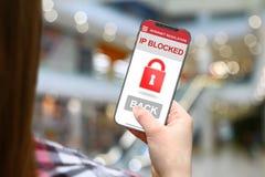 IP blockierte Idee, Mädchen mit frameless Telefon auf unscharfem Mallhintergrund Stockfoto