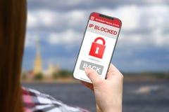 IP blockierte Idee, Mädchen mit frameless Telefon auf unscharfem Wolkenhintergrund Lizenzfreies Stockbild