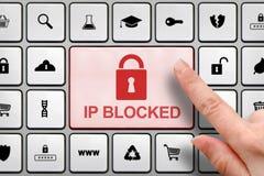 IP blockierte Konzept, Mädchen ` s Finger über dem großen Knopf auf der Tastatur Lizenzfreies Stockfoto