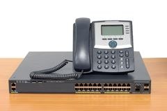 IP de telefoon en het voorzien van een netwerk schakelen houten lijst in royalty-vrije stock fotografie