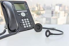 Ip-telefon och hörlurar med mikrofonapparat Arkivfoton