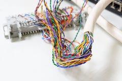 IP telefoniesysteem, Telefoon die flardpaneel met verdraaide parenkabels telegraferen voor digitale en analoge telefoonverbinding Stock Fotografie