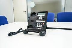 IP voip电话在见面的现代会议室里 免版税库存图片
