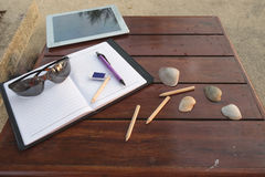 IPad、笔记本、铅笔和笔在木桌上 库存图片