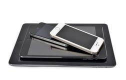 iPad空气, iPad微型, iPhone 4S和iPhone 5S巧妙的电话 免版税库存图片