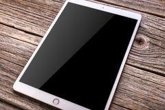IPad赞成10 从苹果计算机公司的5英寸 在一张木表 免版税库存照片